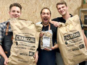 2 zakken houtskool + 1 zak aanmaakwokkels van Smokin' Flavours