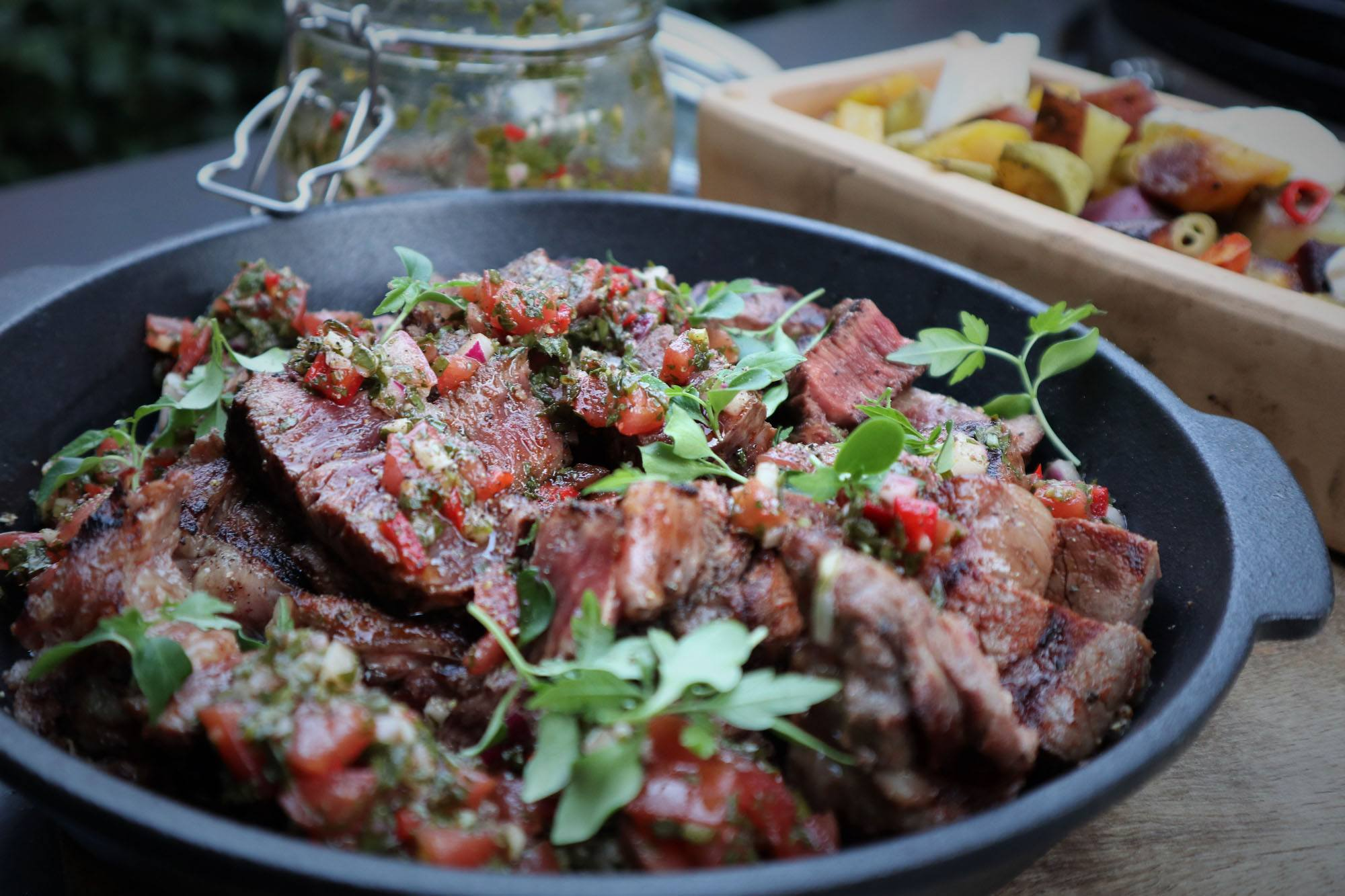 Chuck eye steak met rode chimichurri